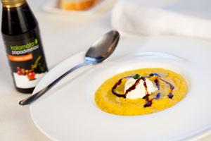 Mrkvová polévka s krémem z fety a Balzamikovým krémem Kalamáta (karotosupa)