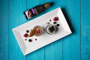 Pěna z tmavé čokolády s jahodami, lesním ovocem a fíkovým balzamikovým krémem Kalamáta Papadimitriou