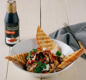 Grilované žampiony marinované v chili balzamikovém krému Kalamáta Papadimitriou s petrželkou, paprikou a kysanou smetanou