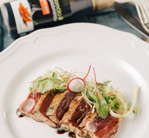Grilovaný steak z tuňáka s chili balzamikovým krémem Kalamáta Papadimitriou, zázvorem a koriandrem