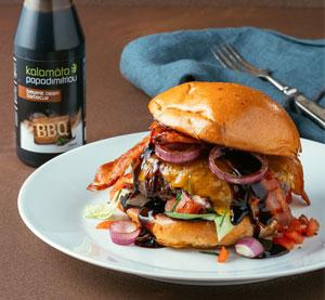 Hamburger se slaninou, čedarem, pečenou cibulkou a BBQ balzamikovým krémem Kalamáta Papadimitriou