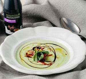 Hrášková polévka s pečenou červenou paprikou a klasickým balzamikovým krémem Kalamáta Papadimitriou