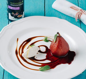 Hruška marinovaná v červeném víně s redukcí s fíkovým balzamikovým krémem Kalamáta Papadimitriou a mascarpone