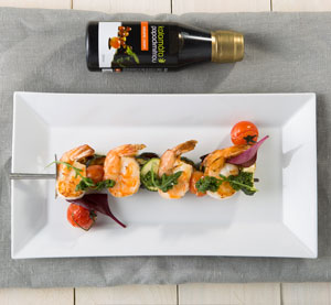 Krevetový špíz s cuketou a chimichurri omáčkou s klasickým balzamikovým krémem Kalamáta Papadimitriou