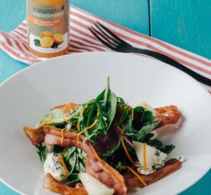 Salát s hruškou marinovanou ve víně a balzamikovém krému Kalamáta Papadimitriou s pomerančem a citrónem,  gorgonzolou a pomerančovým dresinkem