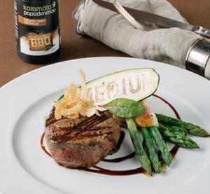 Steak z hovězí svíčkové marinovaný v BBQ balzamikovém krému Kalamáta Papadimitriou s chřestem a slaninou
