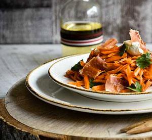 Salát s marinovanou mrkví s balsamikovým krémem s čerstvým koriandrem, křuplavým prosciuttem a smetanovým sýrem