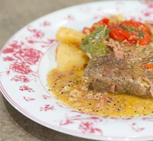 Χοιρινά μπριζολάκια στη χύτρα με πιπεριές & μπέικον γαλοπούλας
