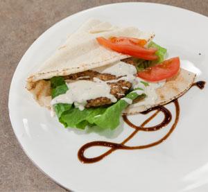 Μπιφτέκι κοτόπουλου ceasar με κρέμα βαλσαμικού BBQ