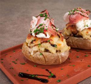 Πατάτες γεμιστές με σάλτσα κιμά bbq & προσούτο