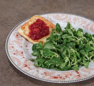 Σαλάτα με βαλεριάνα, κεφαλοτύρι σαγανάκι & μαρμελάδα ντομάτας