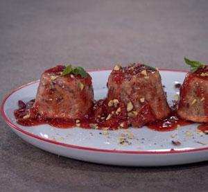 Μίνι πουτίγκες με φιστίκι αιγίνης & σάλτσα φράουλας με κρέμα βαλσαμικού ρόδι