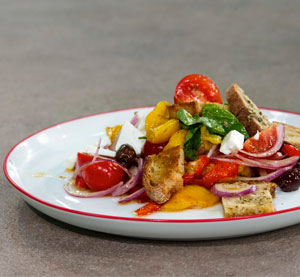 Xωριάτικη σαλάτα με ψητές πιπεριές & βαλσαμικό ξίδι με μέλι