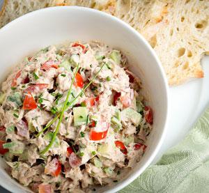 Salad with tuna and avocado