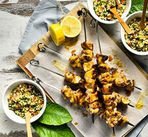 Καλαμάκια μπούτι κοτόπουλο με μέλι, λεμόνι και μουστάρδα σερβιρισμένα με μεσογειακό πλιγούρι λαχανικών