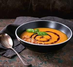 Krémová rajčatová polévka se špenátem a balzamikovým krémem