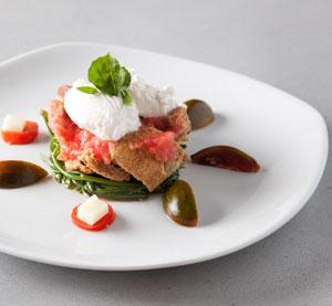 Σαλάτα με κρίταμο, ντοματίνια, γραβιέρα Κρήτης και σάλτσα κόκκινου κρασιού με μουστάρδα από την Αθηνά Κουρέλα.