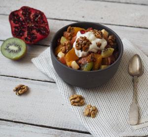 Tropický salát s ořechy a medovým mascarpone