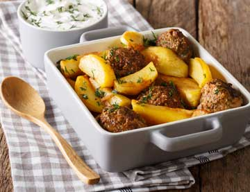Aromatic Meatballs in the Oven with Spicy Potatoes and Yogurt Dip