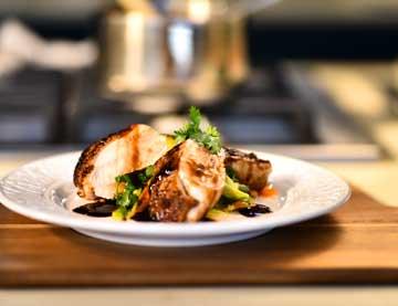 Στήθος κοτόπουλο διπλοψημένο σερβιρισμένο με μαριναρισμένα κολοκυθάκια και καρότα