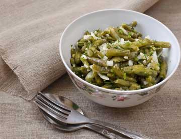 Σαλάτα με φασολάκια και σάλτσα σκόρδου