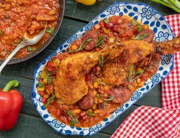 Κοτόπουλο μπούτι μαγειρευτό με λουκάνικο, πιπεριές και κέτσαπ