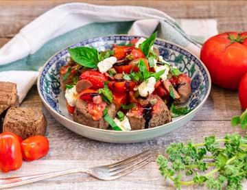 Σαλάτα από διάφορες ντομάτες με ξινοτύρι, παξιμάδια χαρουπιού, βασιλικό και κρέμα βαλσαμικού σύκο