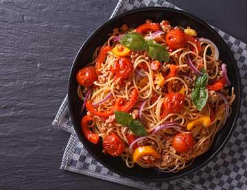 Ελαφριά μακαρονάδα με κιμά γαλοπούλας, ντοματίνια και πιπεριές