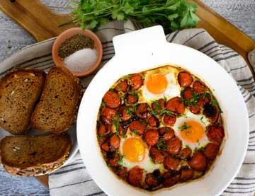Αυγά μάτια με τοματίνια και κρέμα βαλσαμικού στον φούρνο