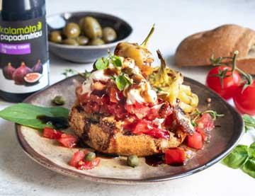 Ντάκος με ψητές πιπεριές, γαλοτύρι και κρέμα σύκο