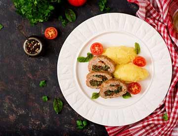 Ρολό με κιμά γαλοπούλας γεμιστό με σπανάκι και πιπεριές Φλωρίνης