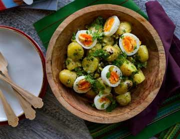Σαλάτα με baby πατάτες, βραστά αυγά, πίκλες, μυρώνι και dressing βαλσαμικού με μέλι