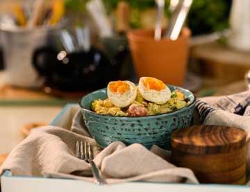 Πατατοσαλάτα με αυγό, αγγουράκι τουρσί και σάλτσα μουστάρδας