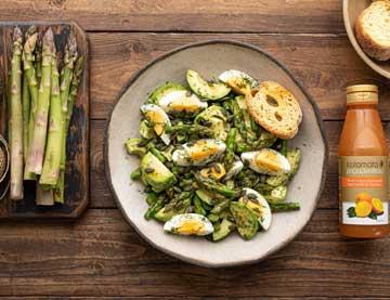 Salát s avokádem, chřestem a vejcem