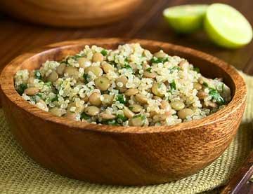 Salát s quinoou, čočkou a hořčicovou omáčkou s medem